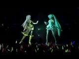 Мику Хатсуне и Мегурине Лука на сцене