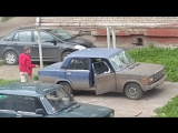 pyaniy-halk-gromit-priparkovanniy-avtomobi