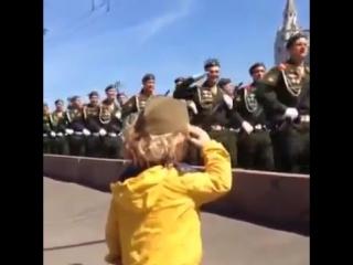 Мальчик отдаёт воинское приветствие солдатам на Параде в честь 70-летия Победы