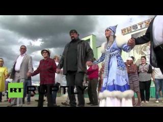 Россия: Американский актер Стивен Сигал рассматривает свои русские корни в Мирном.