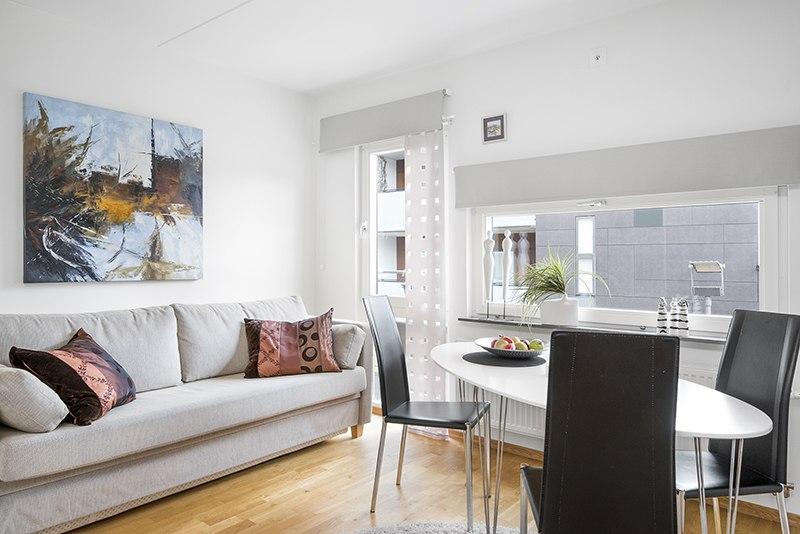 Интерьер студии 27 м с перегородкой между кухней и гостиной.