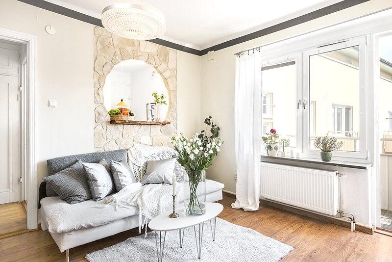 Интерьер квартиры 29 м с окном между кухней и комнатой.