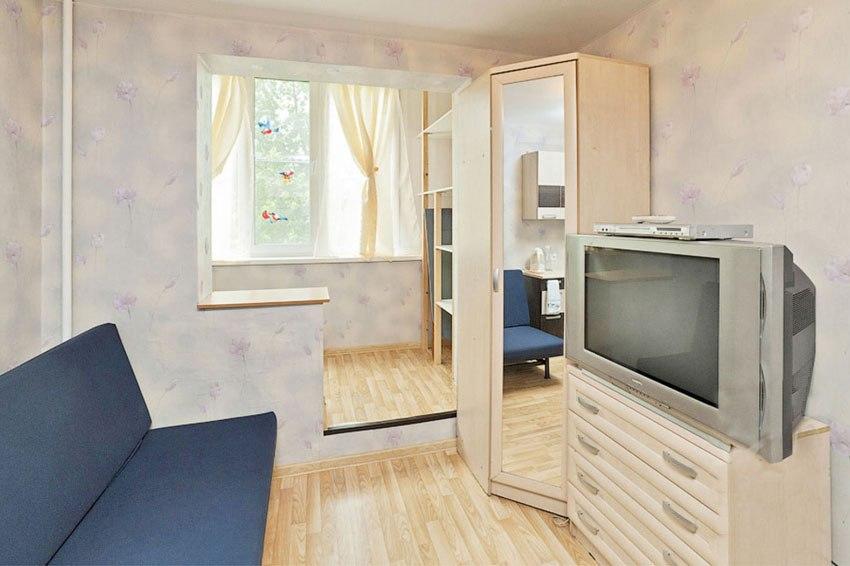 Скромный интерьер маленькой студии 22 м в Екатеринбурге с присоединенной лоджией.