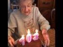 102-летняя старушка задувает свечи на торте