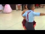 мальчик и девочка классно танцует
