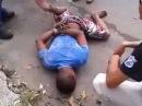 Cena forte: Bandido armado assalta ônibus é detido, amarrado e leva uma surra no meio da rua