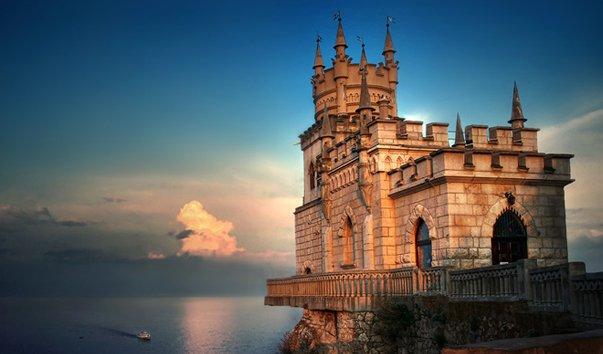 Ласточкино гнездо - один из самых миниатюрных замков в мире, расположенный на от...
