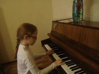 Девочка в прошлом скрипачка...на фортепиано  занимаемся 10 урок...занятия один раз в неделю