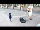 Питер, уличный музыкант и крутой перец))