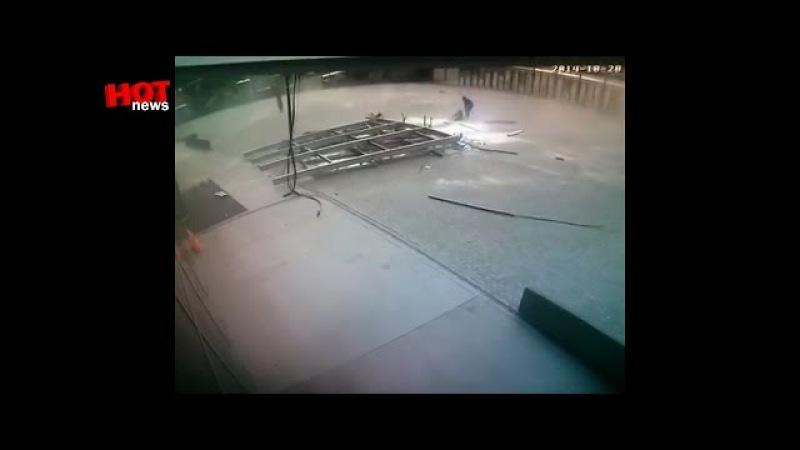 Девочка чудом осталась жива в момент взрыва. Донбасс Арена, Донецк (20.10.14 вид с дв ...