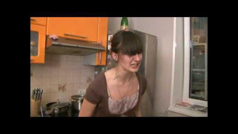 Психованная девушка разносит кухню.flv