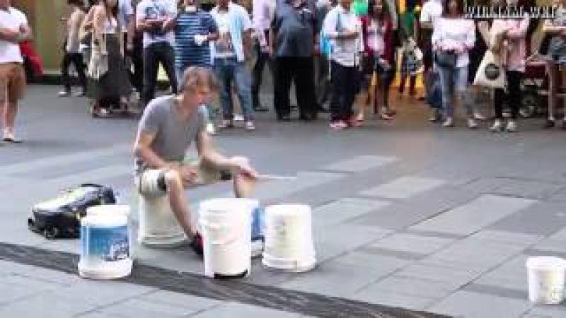 Best Street Drummer Ever HD барабанщик парень играет круто на ведрах