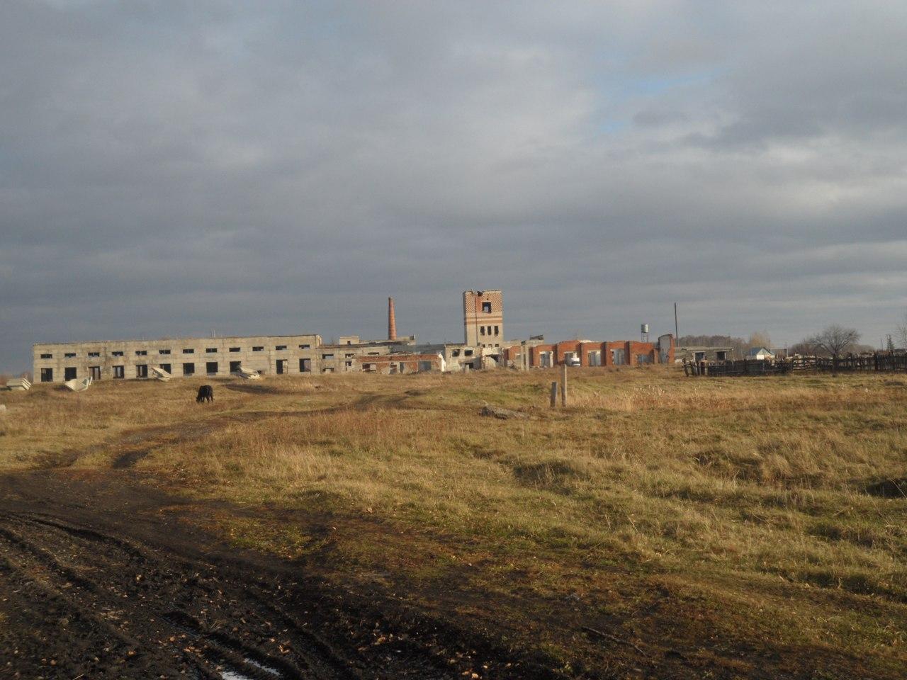 Заброшенный ЖБИ на станции Вагай.