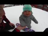 Маленькая девочка покоряет склон на сноуборде)