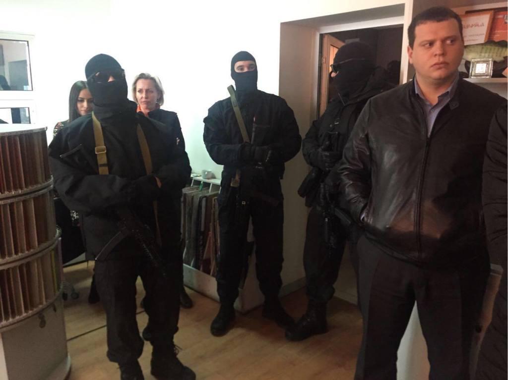 """Кримські силовики влаштували """"маски-шоу"""" в офісах компанії Іслямова - фото 1"""