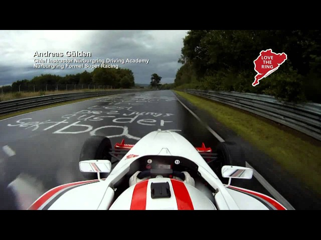 NÜRBURGRING Formel-Fahrzeug auf nasser Nordschleife