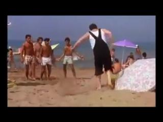мужик перепутал мяч с головой))))