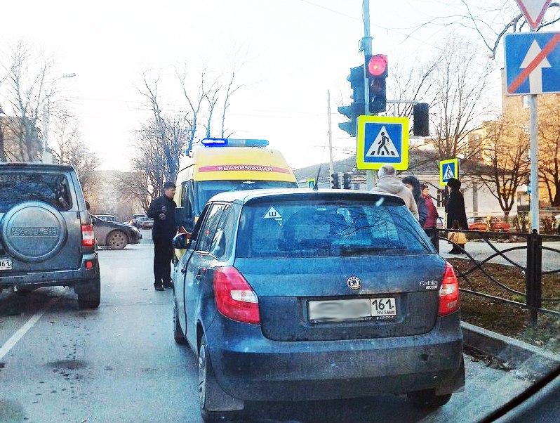 В центре Таганрога умер водитель в салоне собственного автомобиля SKODA