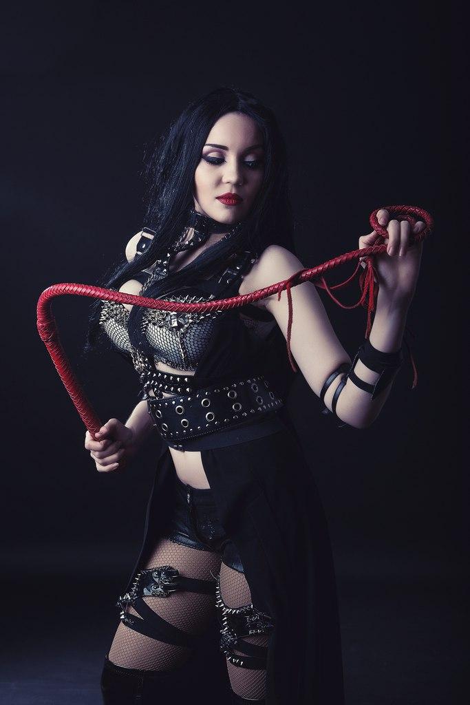 госпожа с плеткой красивое фото