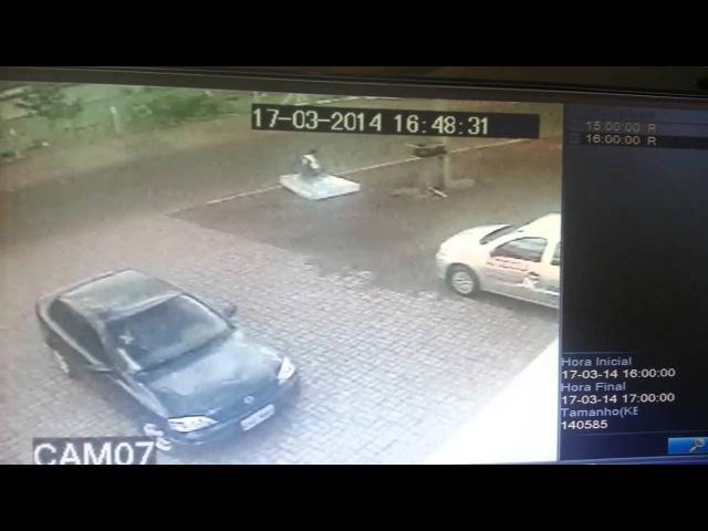Ciclista é atropelado e aparado por colchão que cai do carro do atropelador