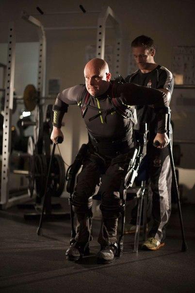 Las tecnologías y la medicina todo se entrelazan más fuerte uno con otro. Con la ayuda ekzokostyuma la persona paralizada podía levantarse e ir – y esto solamente el primer paso.