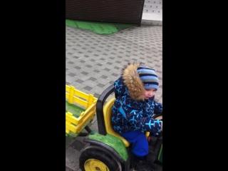 Гоша катается на тракторе