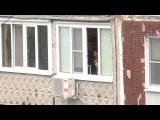 Двое подростков в центре Самары с балкона стреляют из пистолета