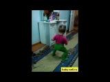 Девочка классно танцует. Такая маленькая!!