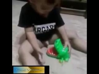 Малыш прищемил пипиську -)