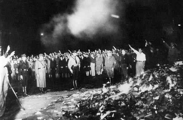 Обыкновенный фашизм: В России жгут неугодные книги