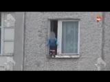 Родители бесстрашного ребенка рассказали, как их сын оказался на карнизе окна 8
