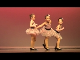 Все думали, что это обычный детский танец. Но никто не ожидал, что девочка в центре выдаст ТАКОЕ!