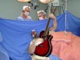 Во время операции на мозге пациент играл на гитаре