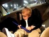 Ребёнок один в машине и невидит камеру))).flv