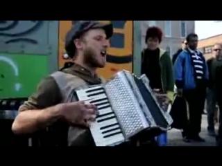 Уличный музыкант играет песню Майкла Джексона