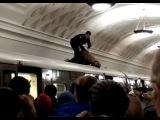 В метро женщина погибла, прыгнув на крышу поезда