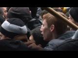 Драка у ВС Крыма, распыляют газ, трое убитых, татары ворвались в здание Парламента.