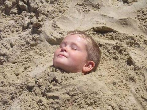 """Были на пляже с мужем и сыном (8 лет). Забыли взять кепки-панамки, солнце жарит. Ну, я попросила мужа присмотреть за малым, сама пошла домой за панамками. Вернулась, вижу картину: сын закопан в песок, только голова торчит. Мужа нет. Спрашиваю: """"Где папа"""""""