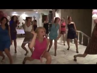 Прикольный танец на свадьбе. Подружка невесты зажигает на свадьбе. Смотрите и прикалывайтесь!