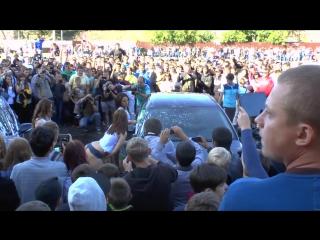 Девочки из Иваново моют машины.
