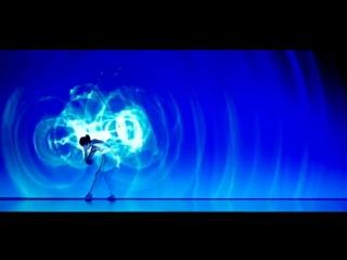 Шикарное лазерное шоу Две девушки танцуют синхронно с создаваемыми эффектами Очень красиво!