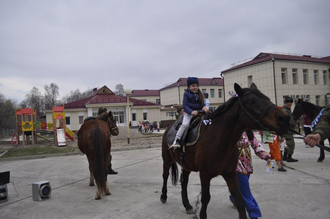 Детей Зеленчукского района покатали на лошадях