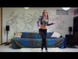 Девушка прикольно танцует под разную музыку.