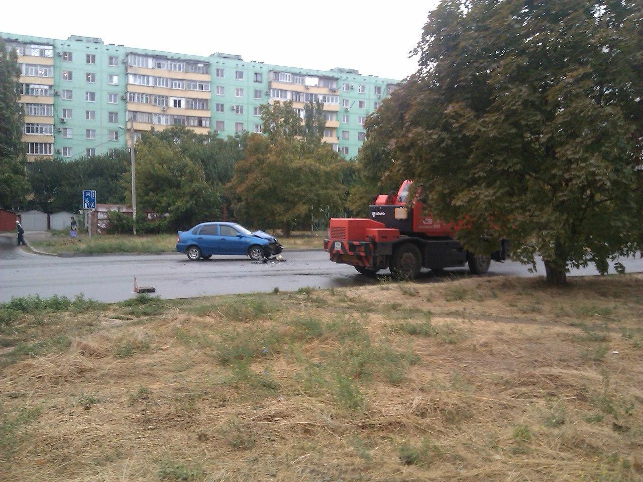 В Таганроге на Русском поле Lada Kalina врезалась в автокран