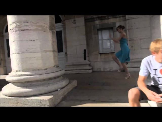Девушка смешно танцует танго