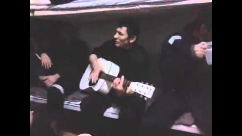 Вайнах в тюрьме поет на гитаре