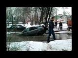 Коммунальщики разорвали машину на части вытаскивая её из ямы (Полная версия )