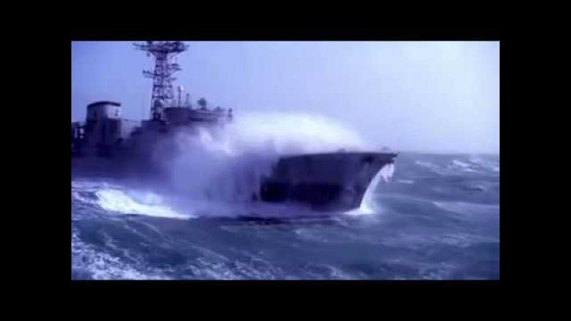 Bir savaş gemisinin dev okyanus dalgalarıyla mücadelesi