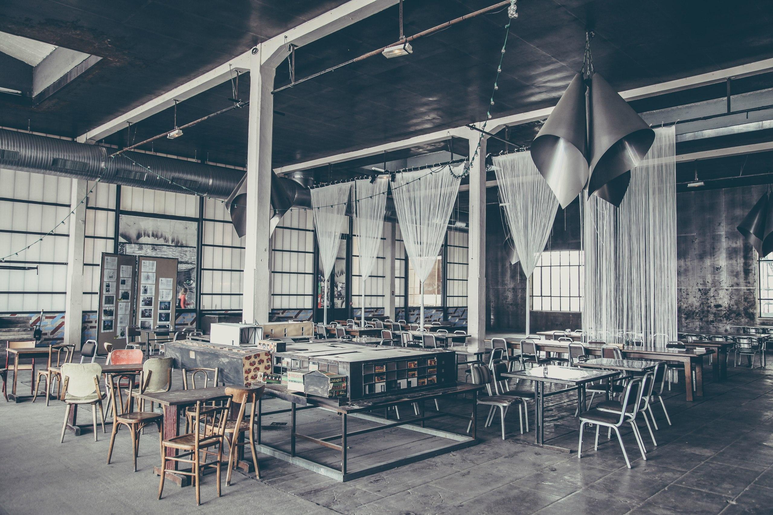 Просторный зал кафе