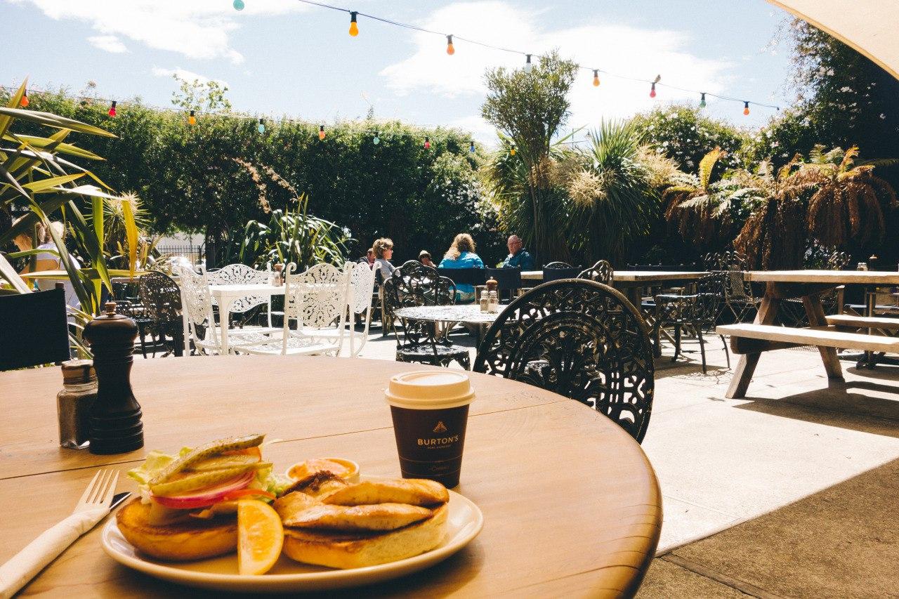 Экзотическое кафе на открытом воздухе